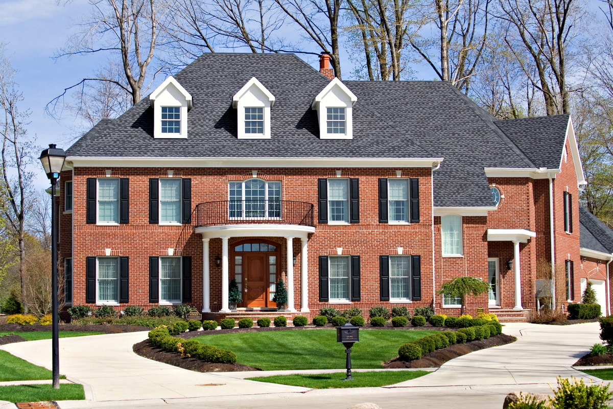 Дом, отделанный кирпичом