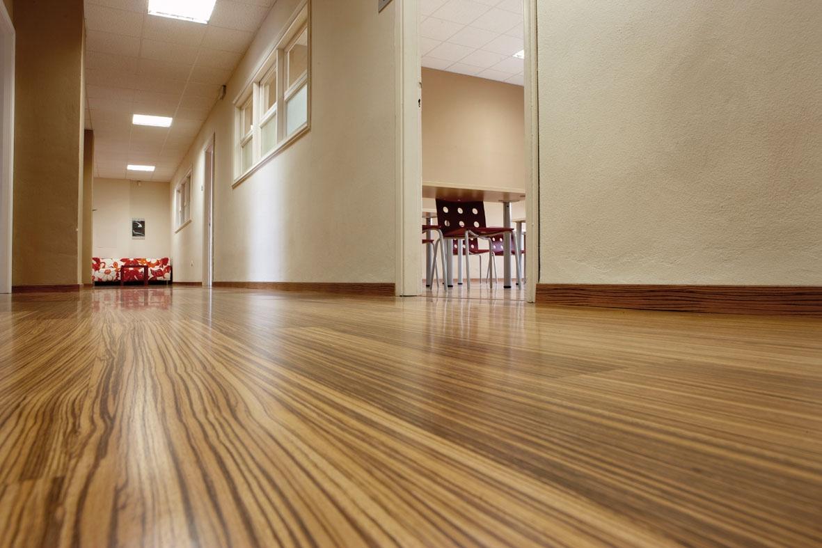Фото интерьера гостиной в современном стиле с блестящим наливным полом