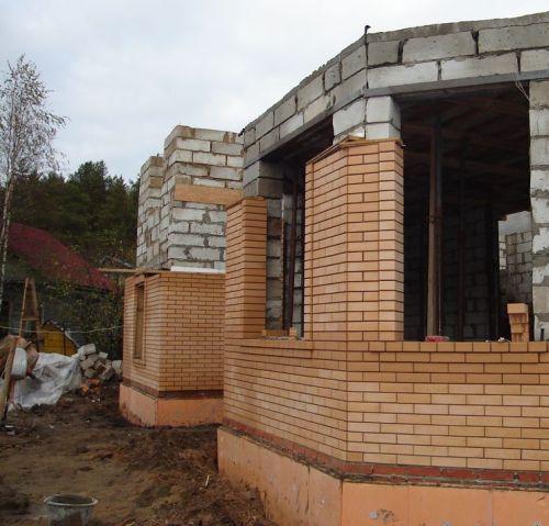Процесс отделки фасада кирпичом