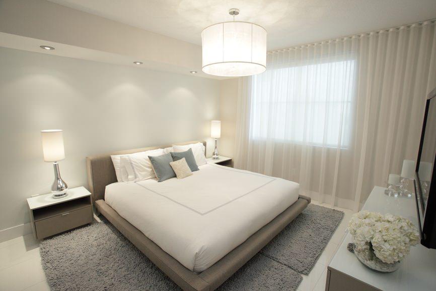 Бежево-серая современная спальня