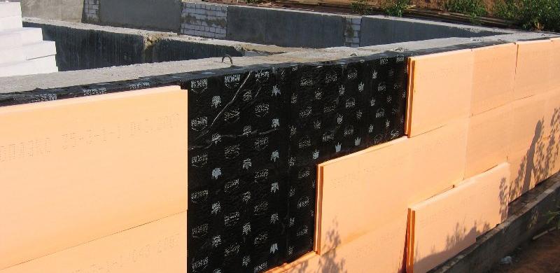 Утепление фундамента плитами из пенополистирольных плит