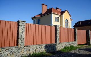 Как построить забор из профнастила самостоятельно (инструкция)