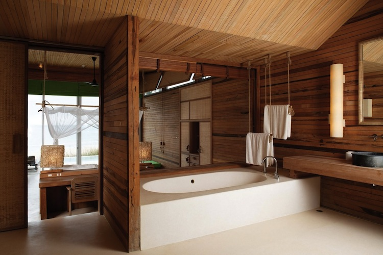 мебель в деревянной ванной